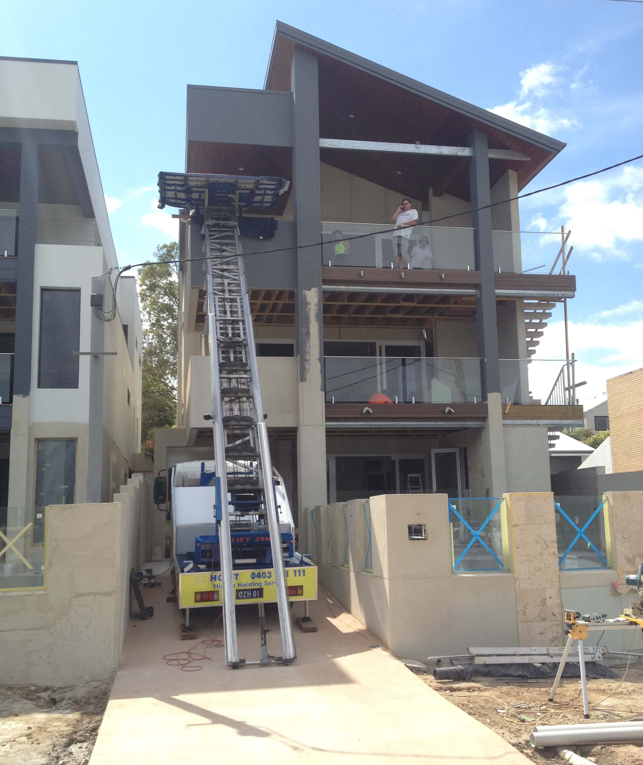 use_crane_hoist_truck_lift_on_building_site_to_quickly_safely_lift_building_materials_brisbane_gold_coast_sunshine_coast_truck_lift